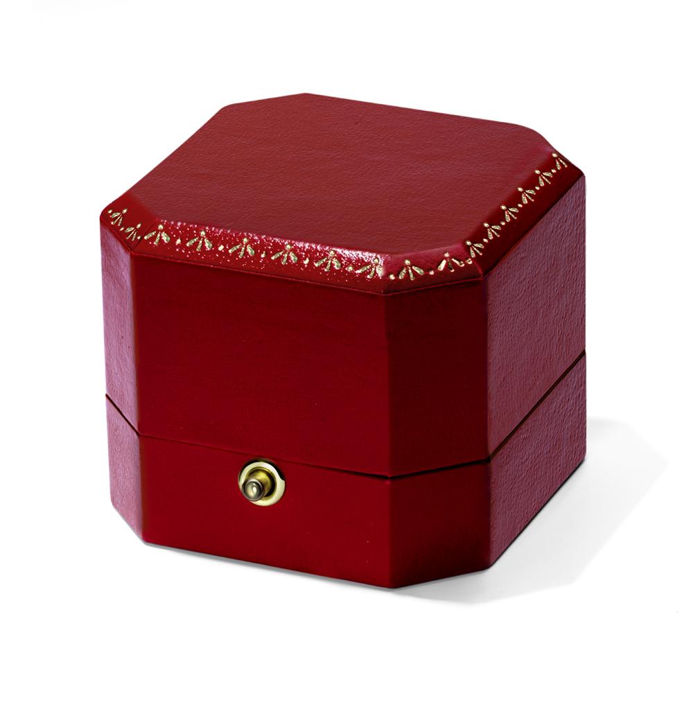 Коробка с кнопкой для колец