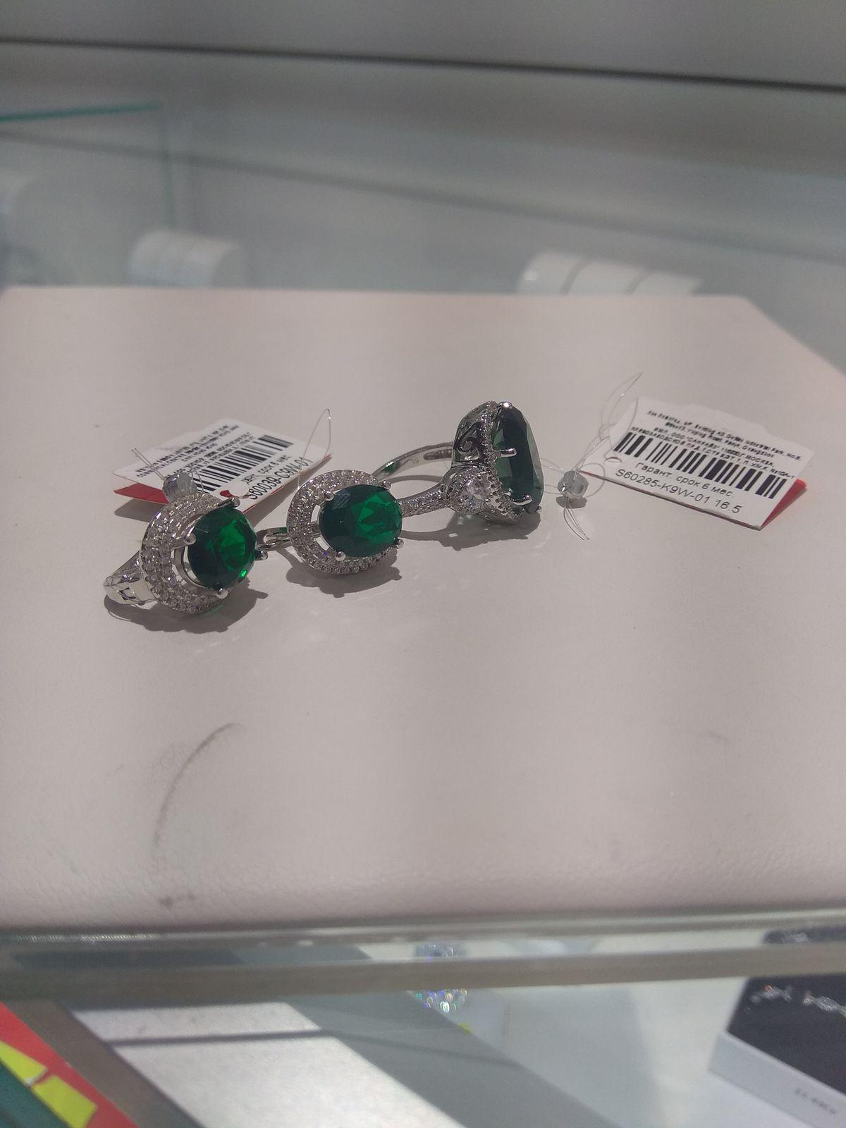 Кольцо с фианитом зелёного цвета)