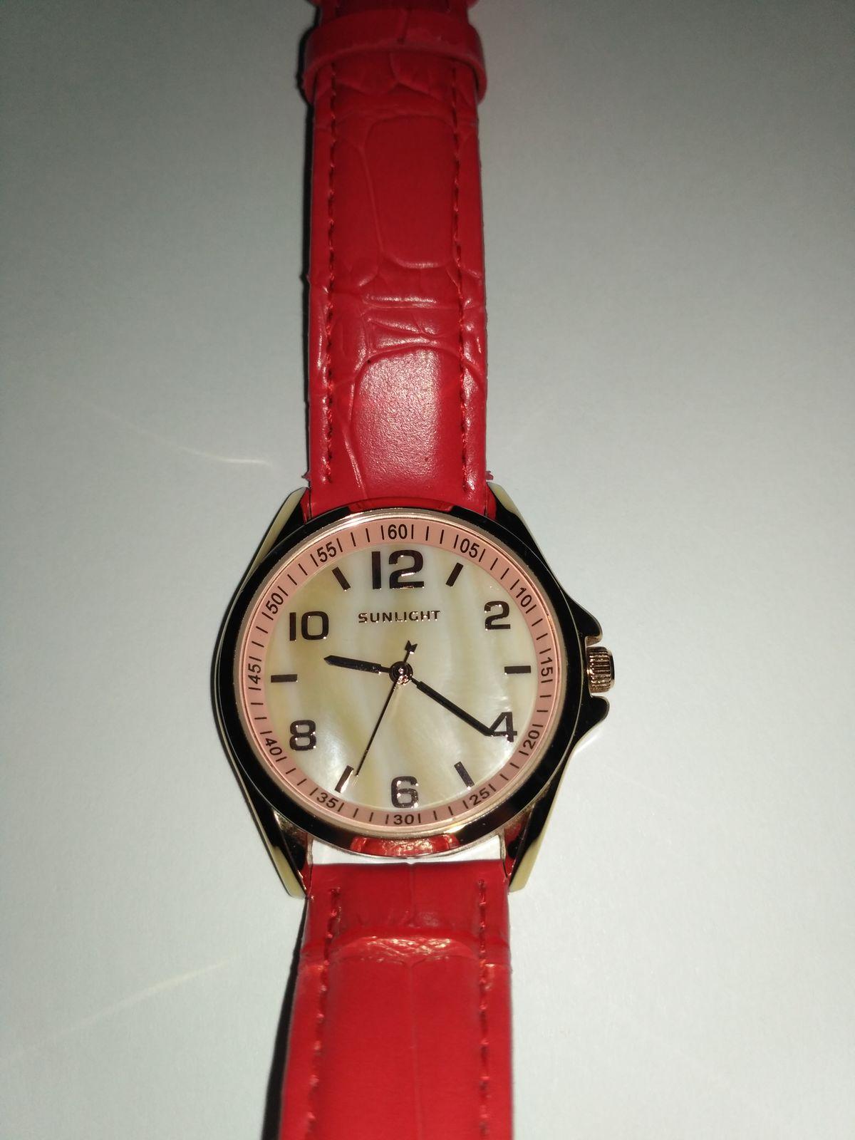 Часы с ремешком из натуральной кожи