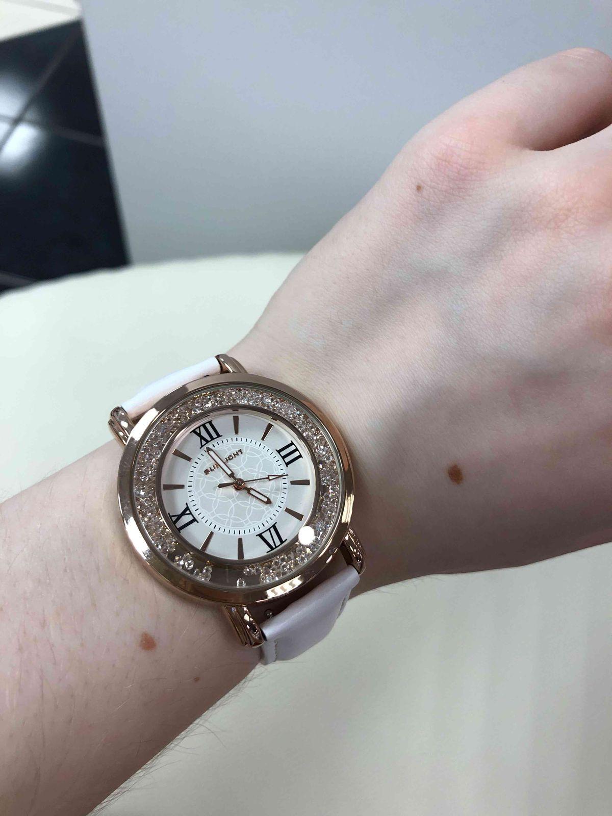 Часы с белым ремешком и металлическим циферблатом