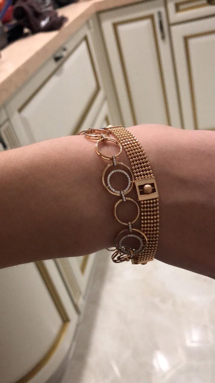 Изысканный золотой браслет.