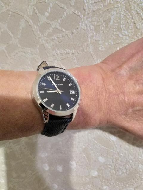 Часы ношу каждый день.Мне они очень нравятся.Циферблат сдатой,блестят камеш