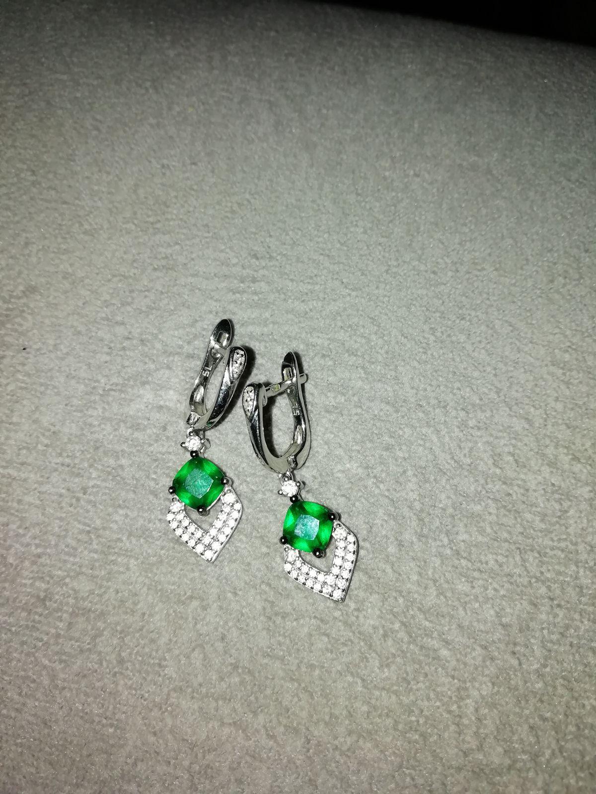 Серьги серебряные с зелёным камугком и фианитиками.