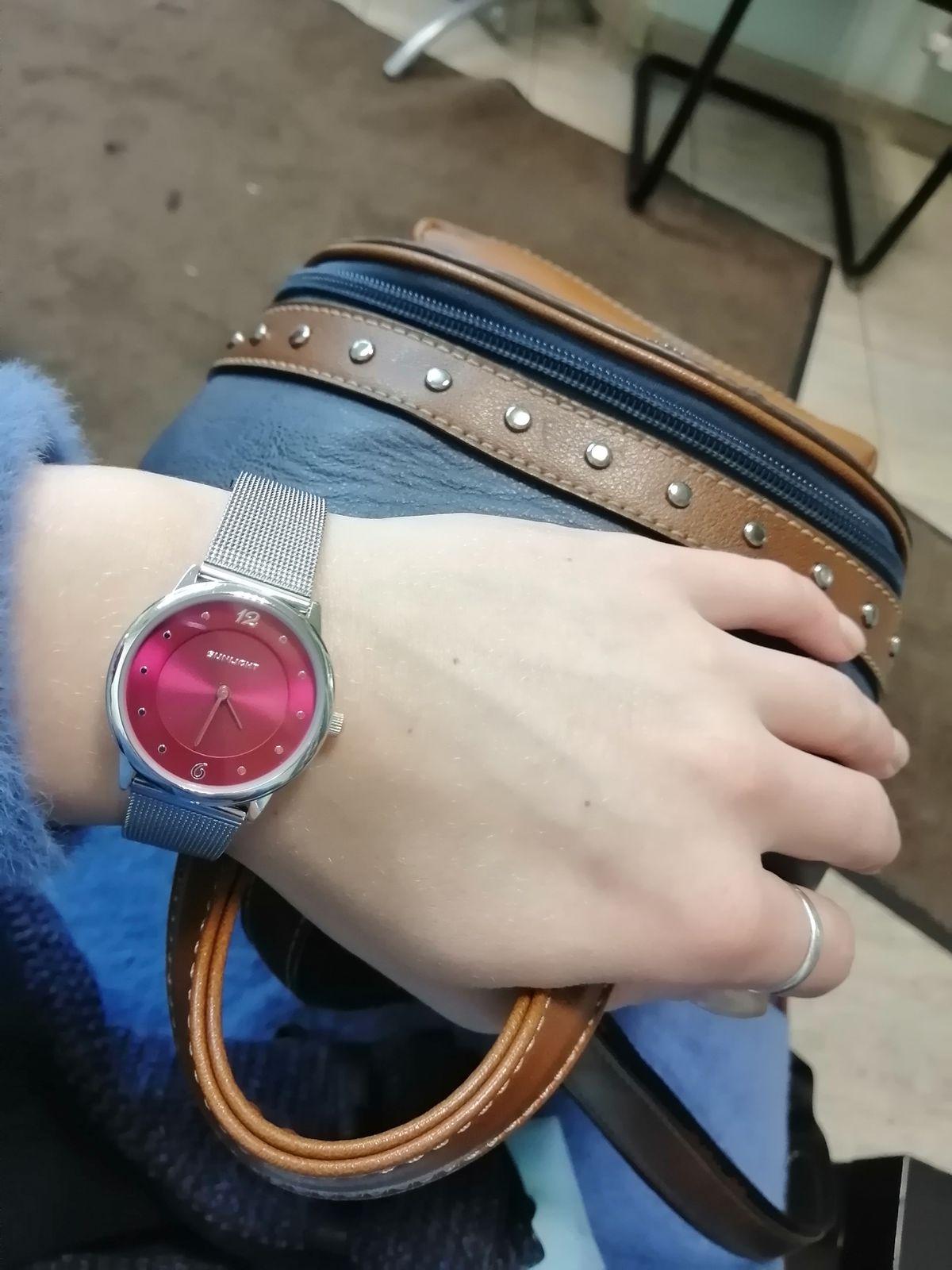 Женственный, стильные часы на миланском браслете)