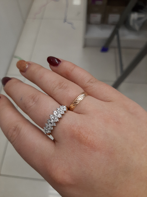 Шикарное кольцо, смотрится великолепно, дорого и элегантно!