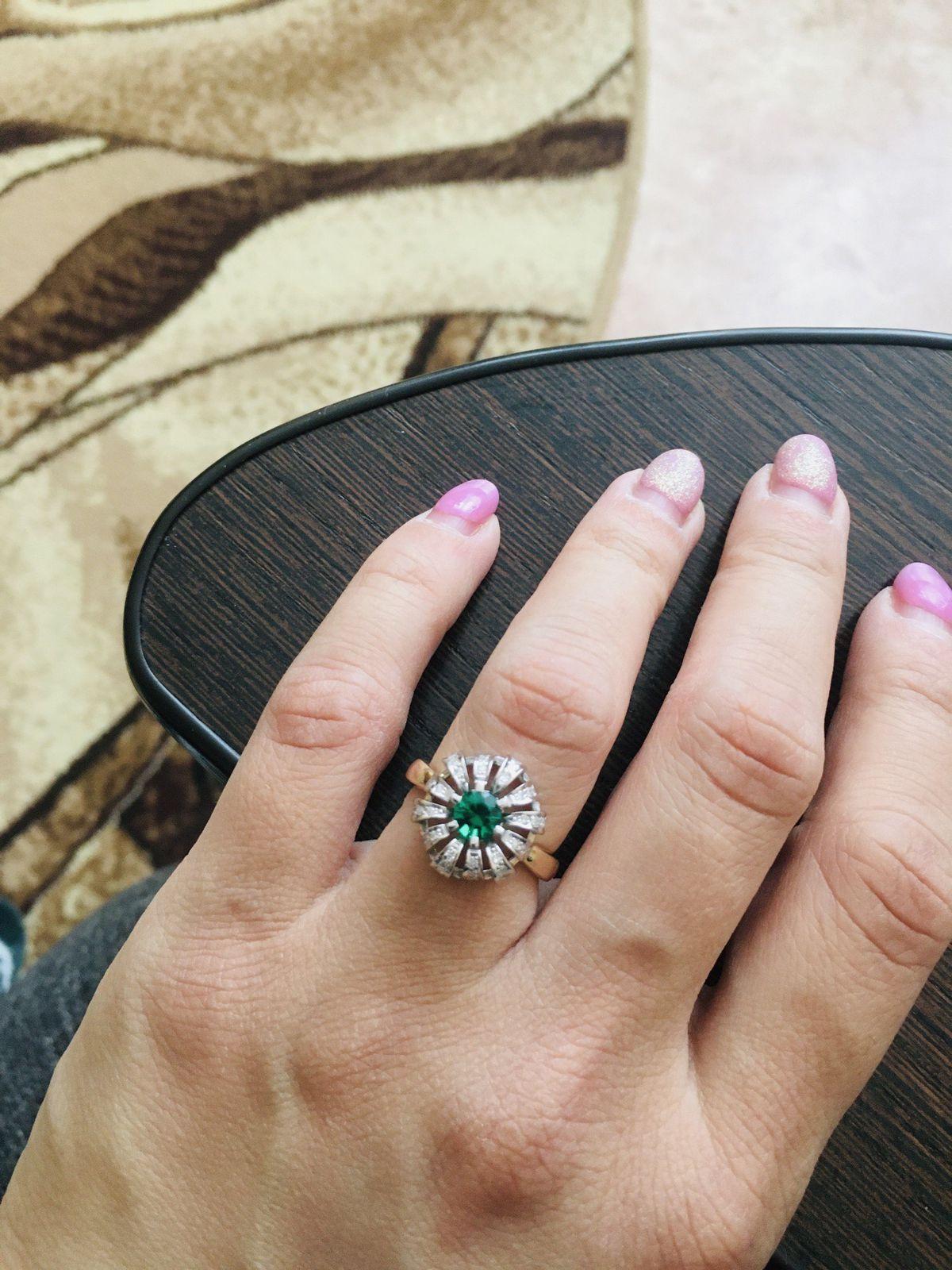 Кольцо с изумрудом и бриллиантоми