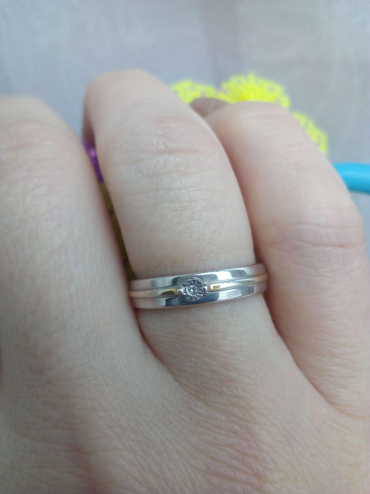 Серебряное колечко с бриллиантиком.