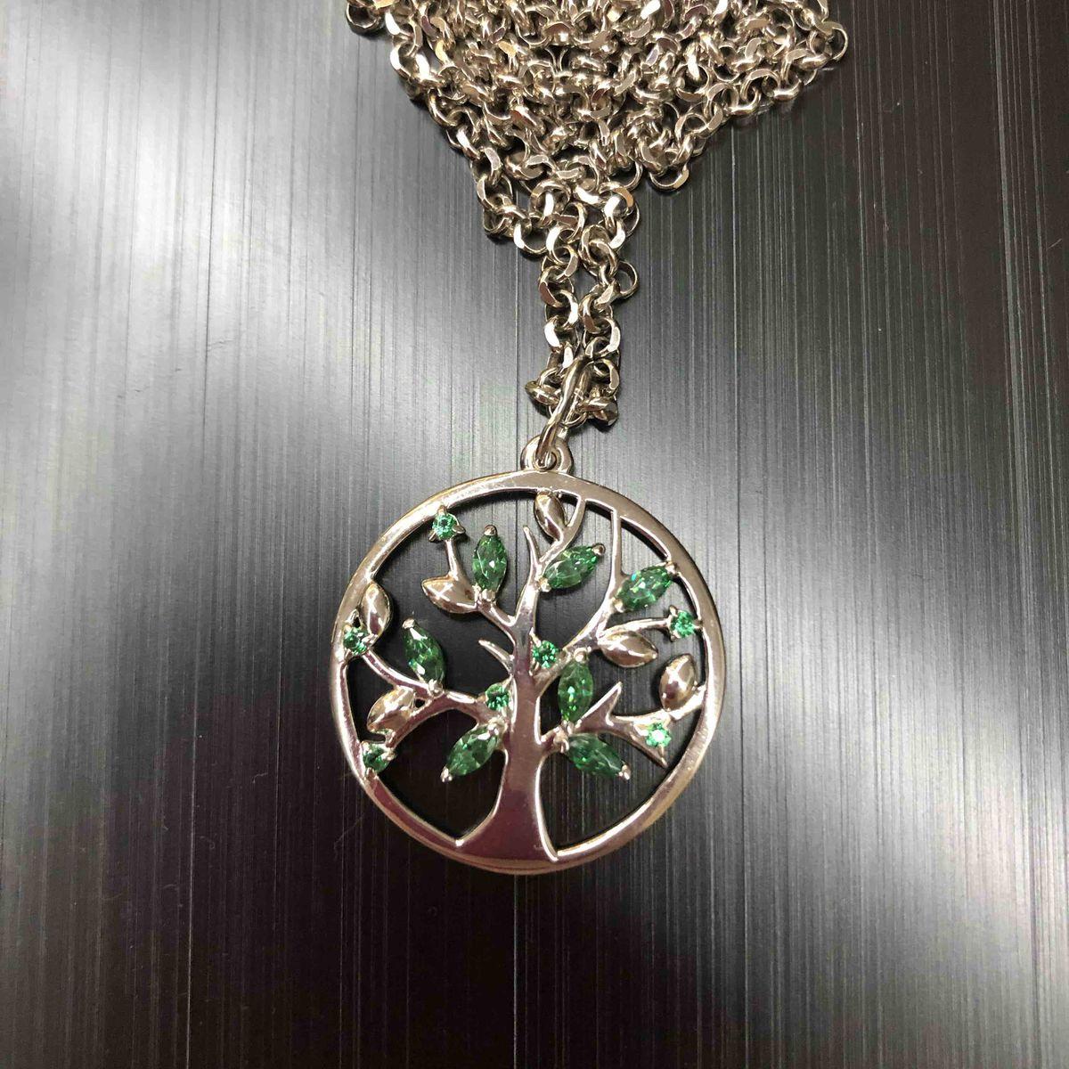Красивое дерево с зелеными листочками)