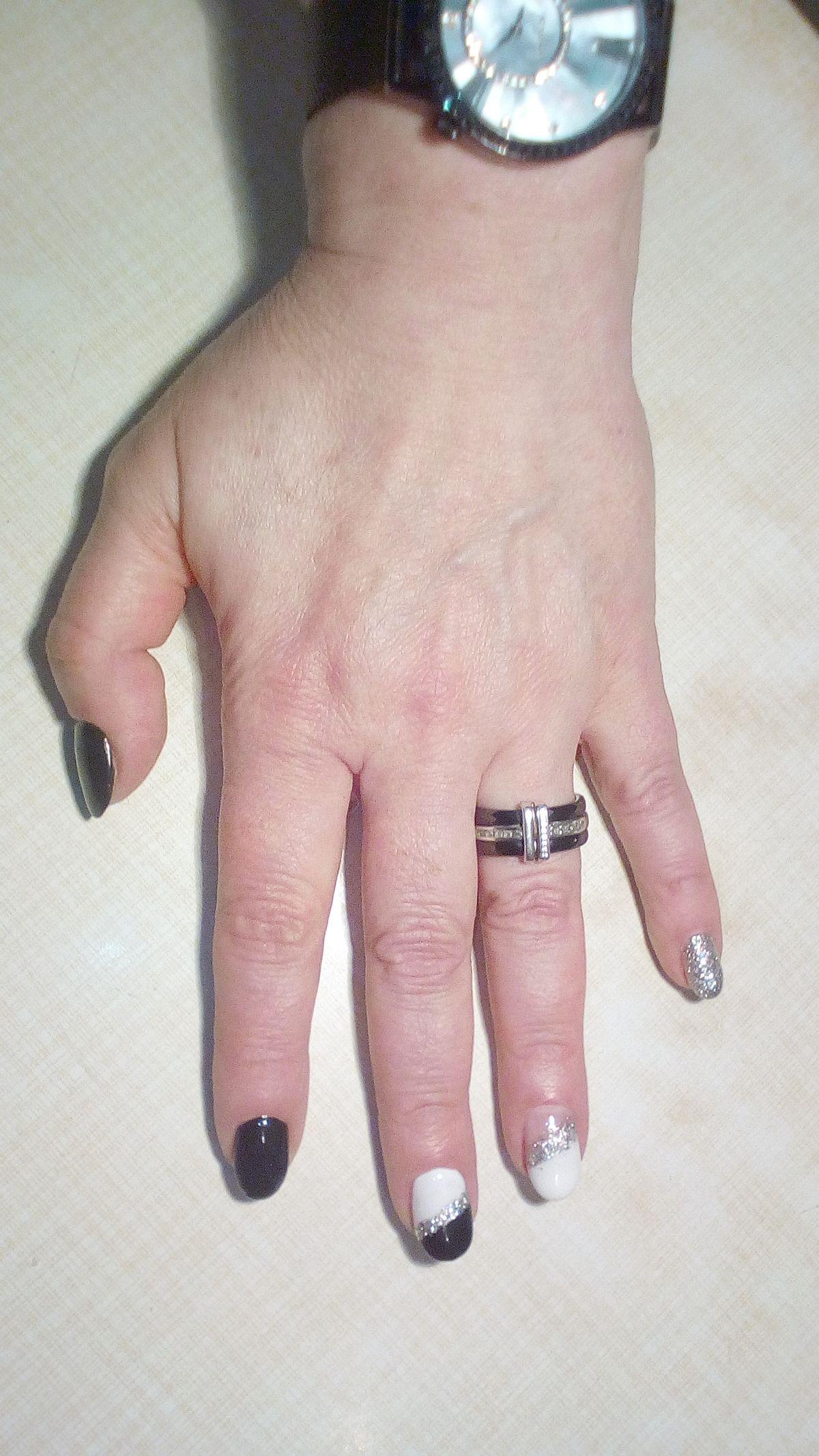 Кольцо с керамикой черное с серебром.
