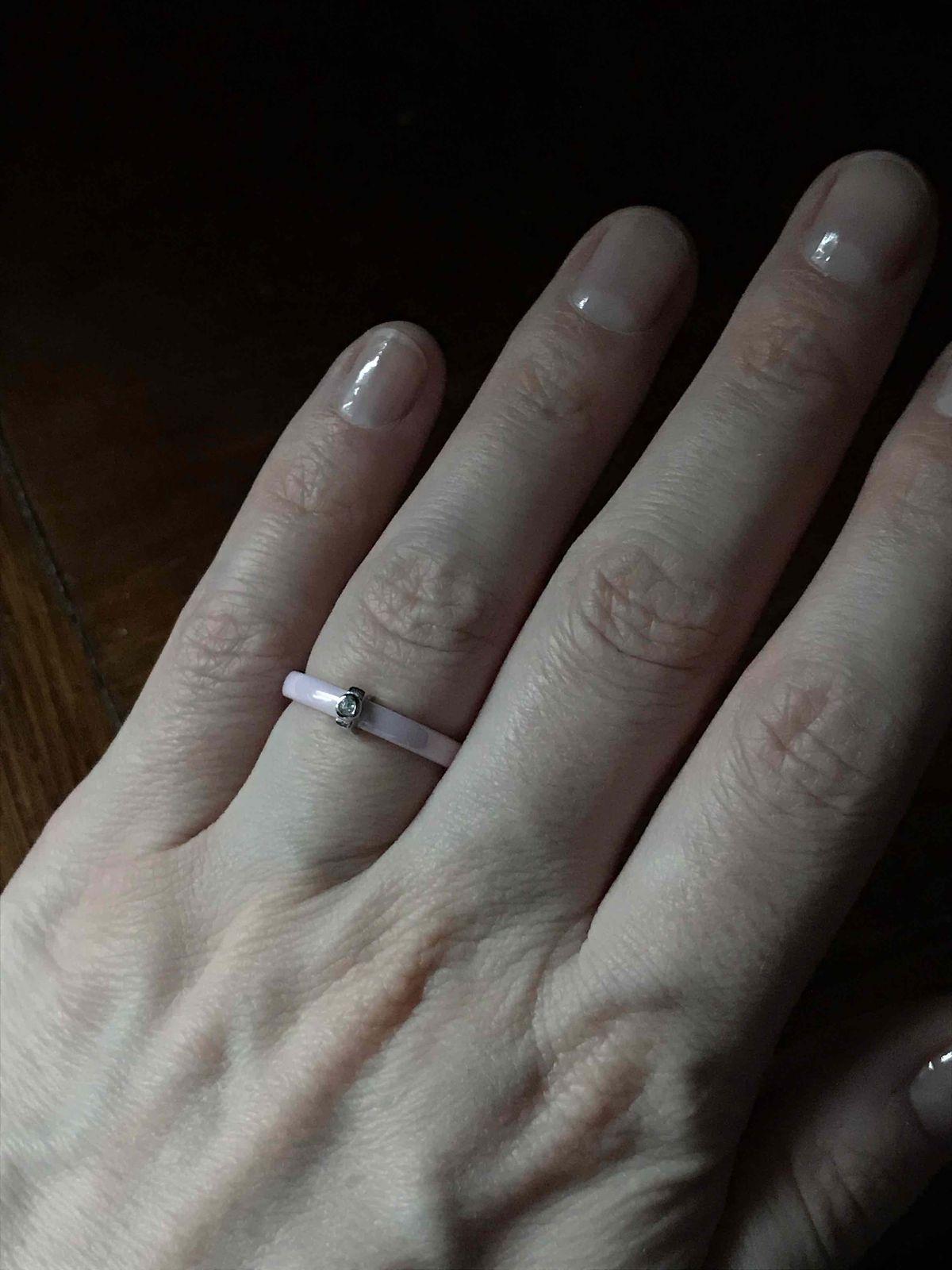 Кольцо керамическое, розовое с фианитом