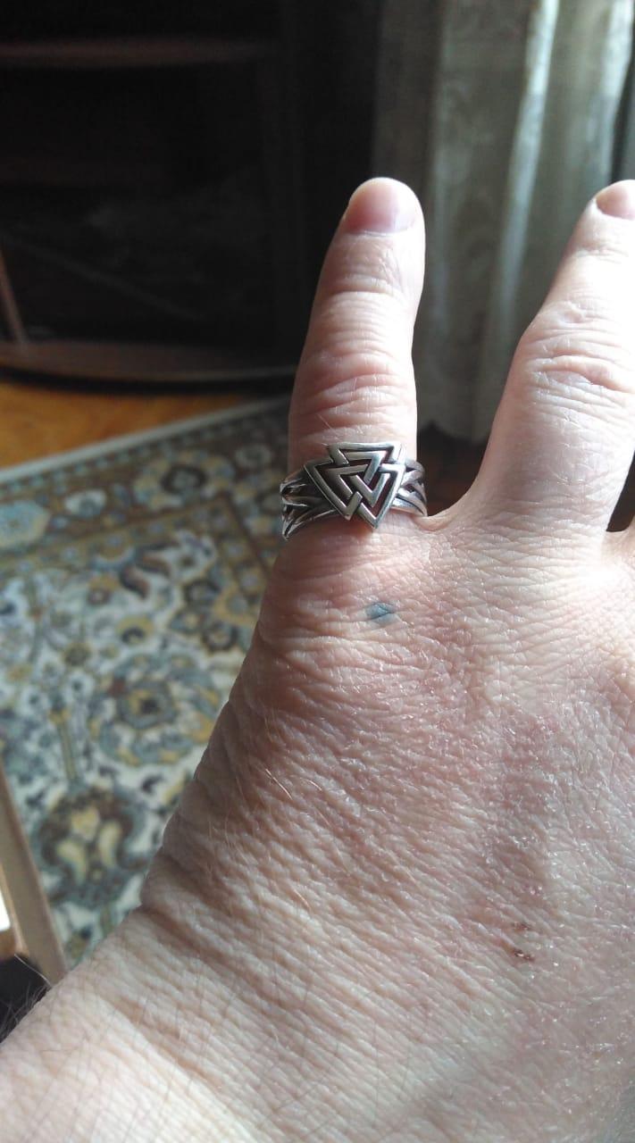 Покупал кольцо сыну.