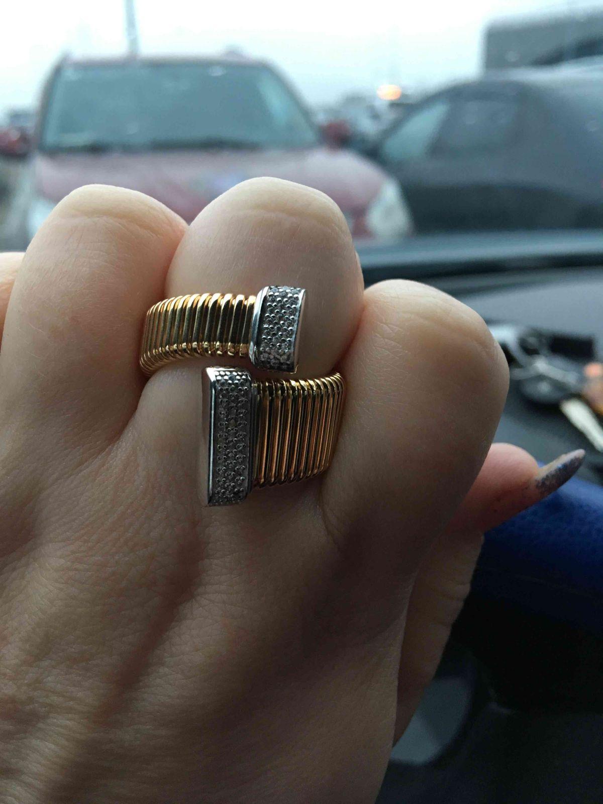 Очень красивое крльцо удобное на пальце хотя большое спсибо за такую красот