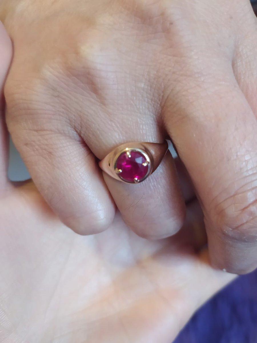Кольцо золотое с рубином,Камень яркий,