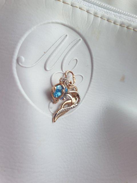 Золотая рыбка с голубым топазом в подарок от дочери.