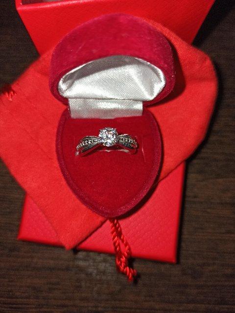 Очень красивое кольцо, камушки на солнце переливаются всеми цветами радуги)