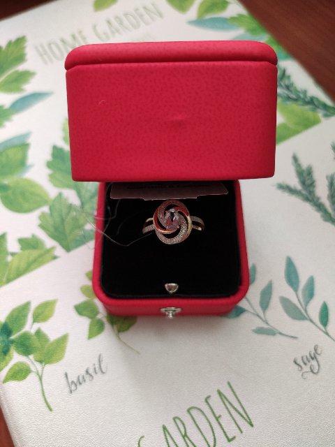 Красивое элегантное кольцо.