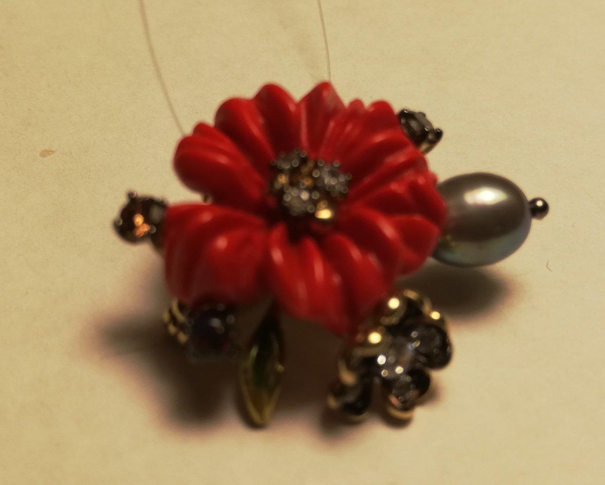 Брошь-подвеска с тёмной жемчужиной и цветком из коралла.
