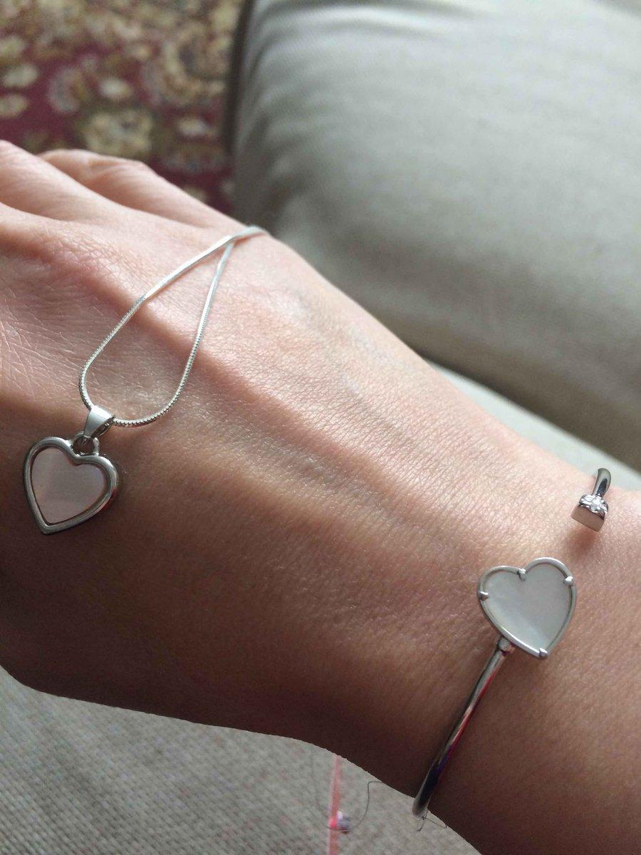 Очень симпатичный серебрянный браслетик с сердечком.