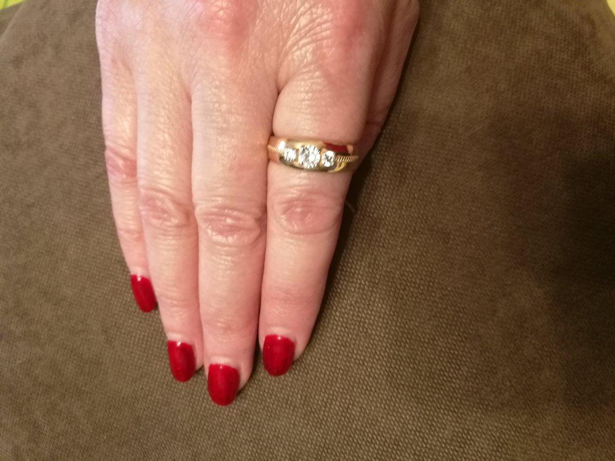 Золотое кольцо с фианитами SOKOLOV
