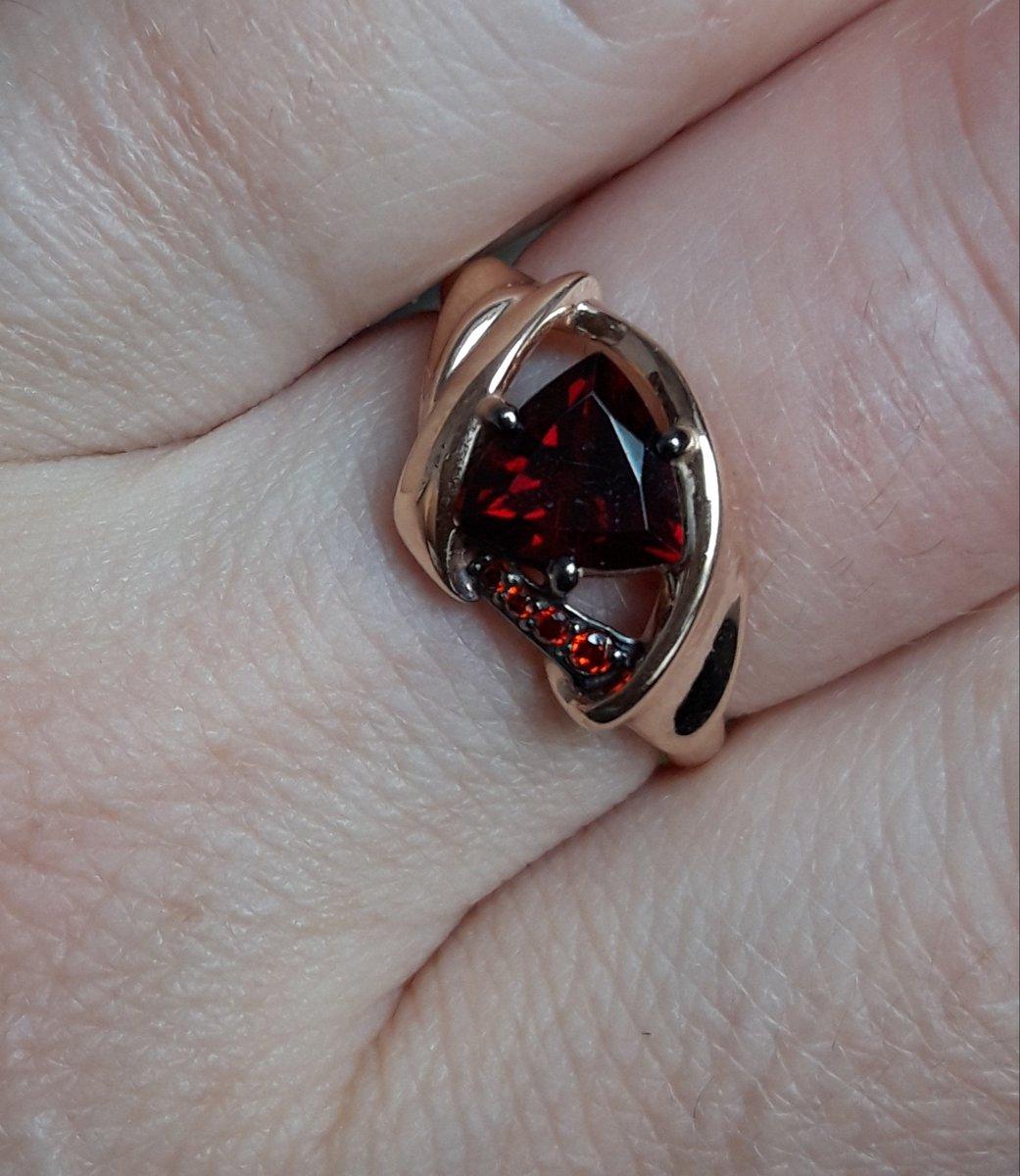 Очень красивое кольцо,гранат вкусный)) красный!