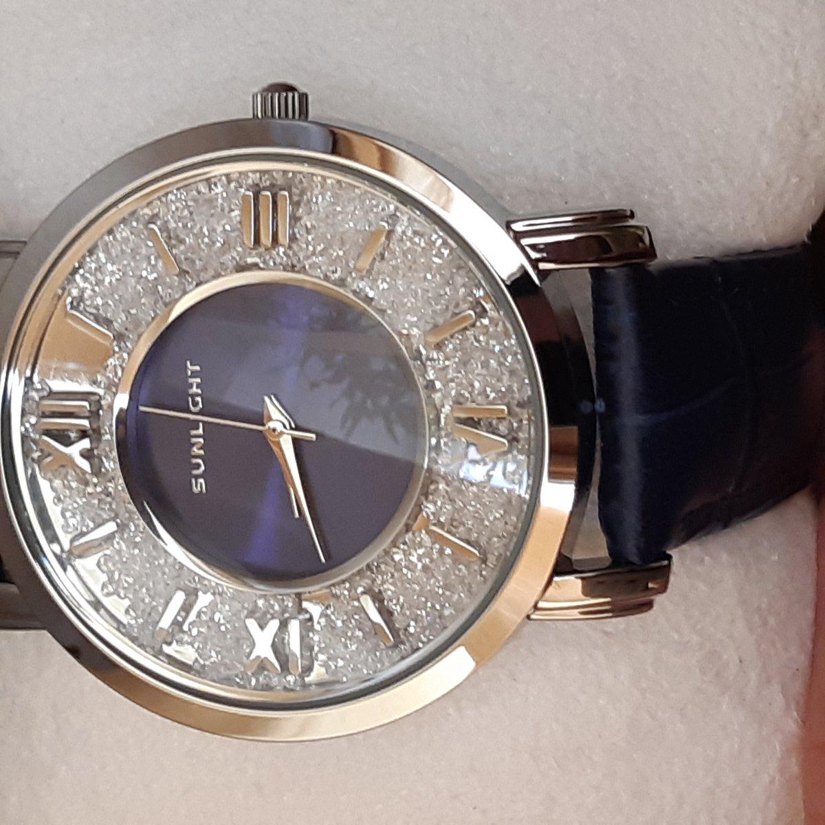 Красивые,сияющие, качественные часы.