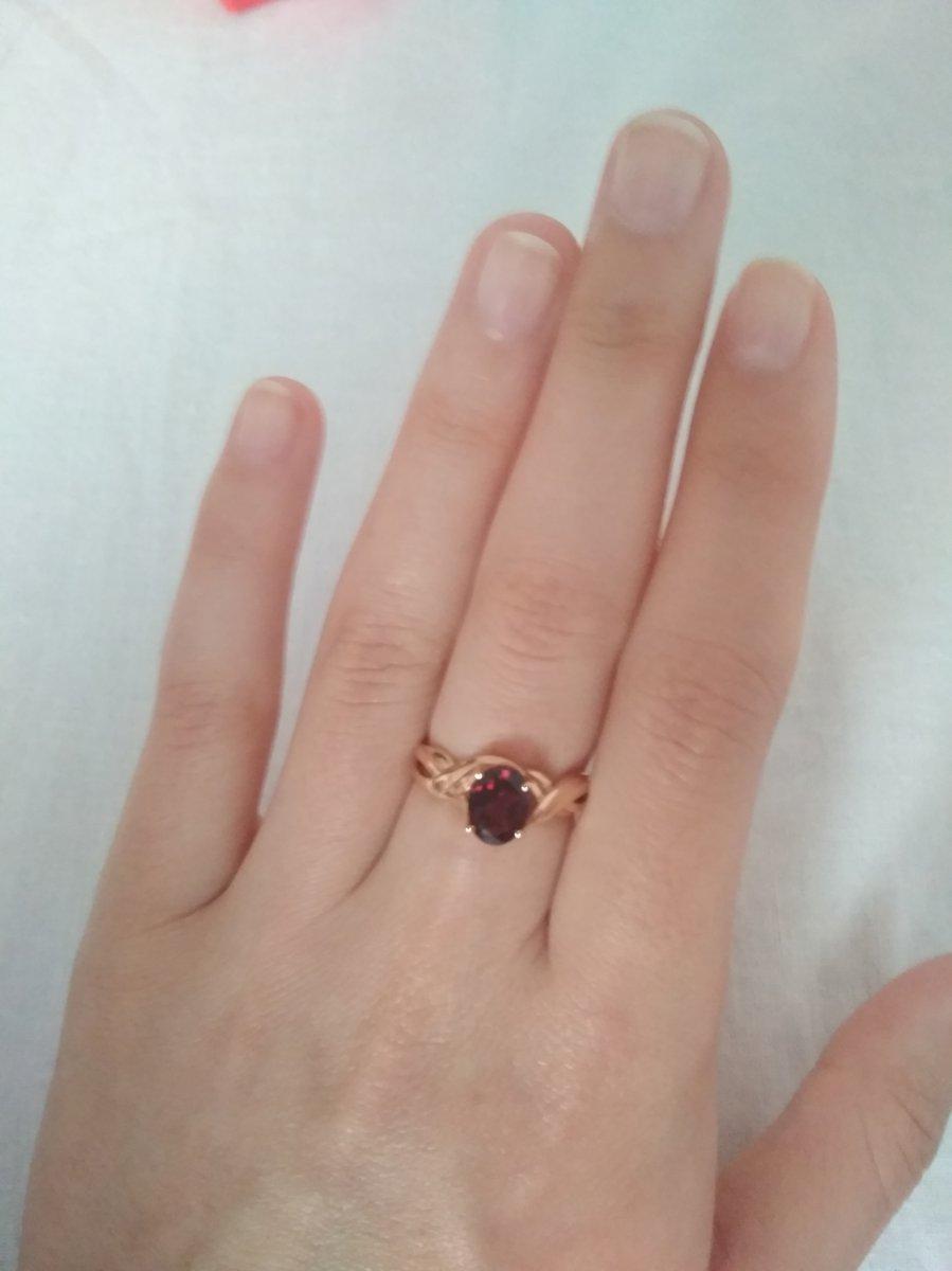 Кольцо очень красивое, на пальце выглядит нежно и благородно