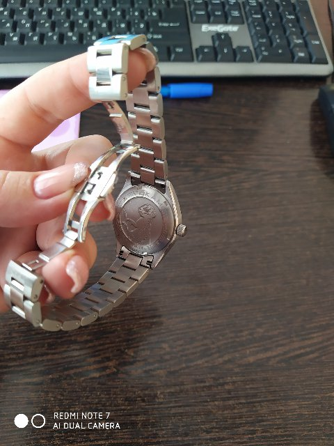 Очень довольна! Давно хотела часы на стальном браслете,даже на полную руку.