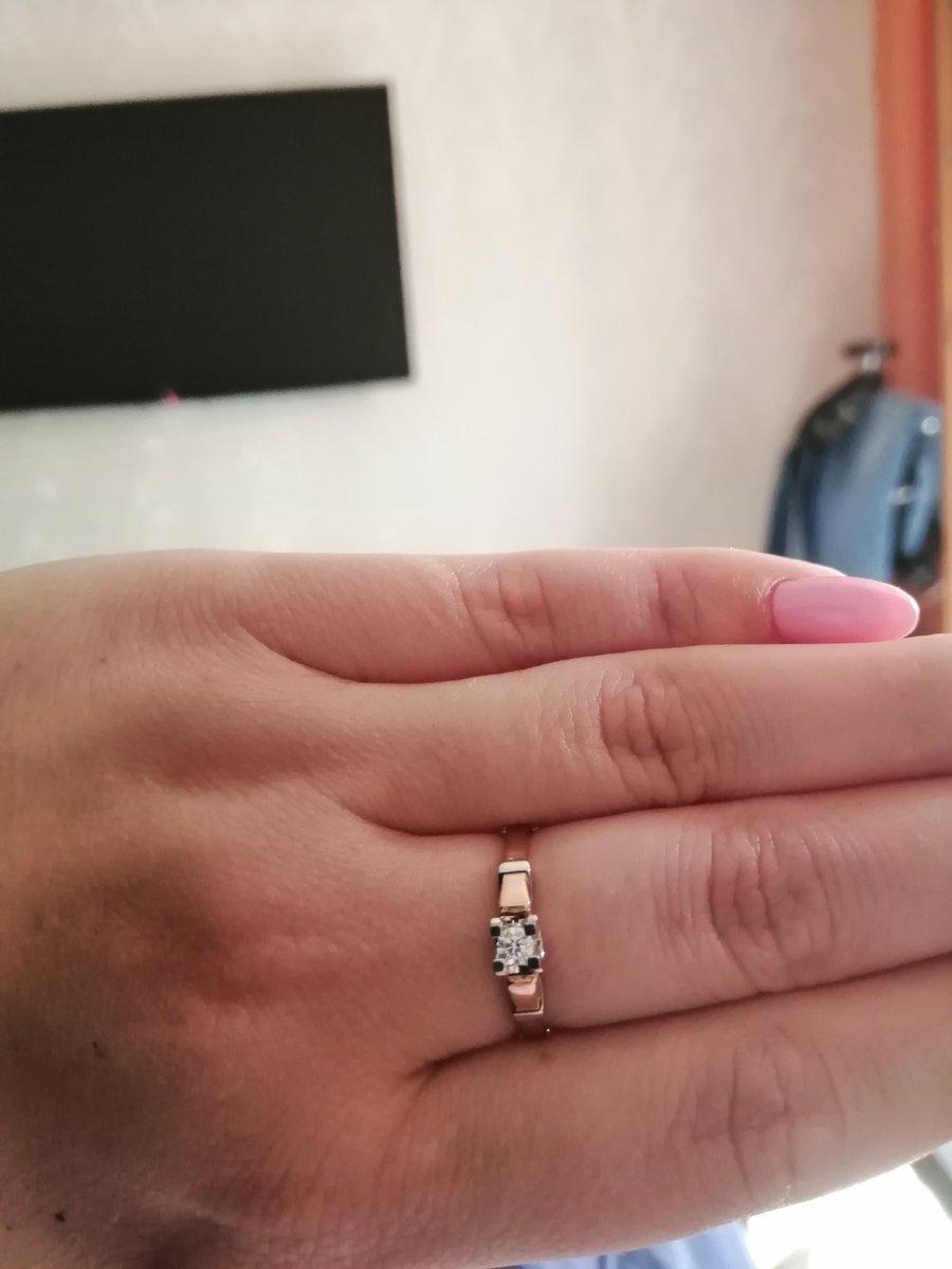 Кольцо золотое с брильянтиком