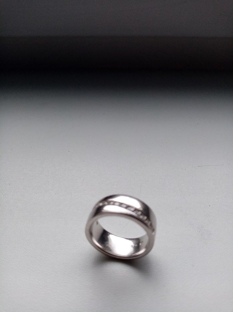 Кольцо красивое, не смотря на массивность оно очень нежное