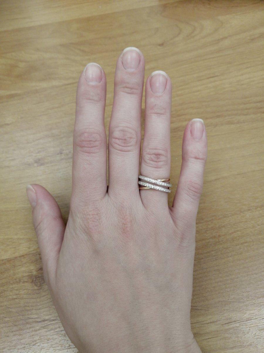 Очень классное кольцо, смотрится на руке красиво, от золота не отличить!!!!