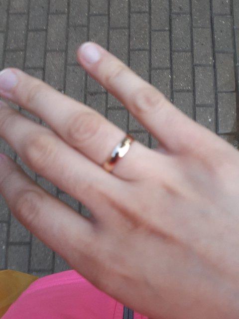 Простое обручальное кольцо в полне устраивает