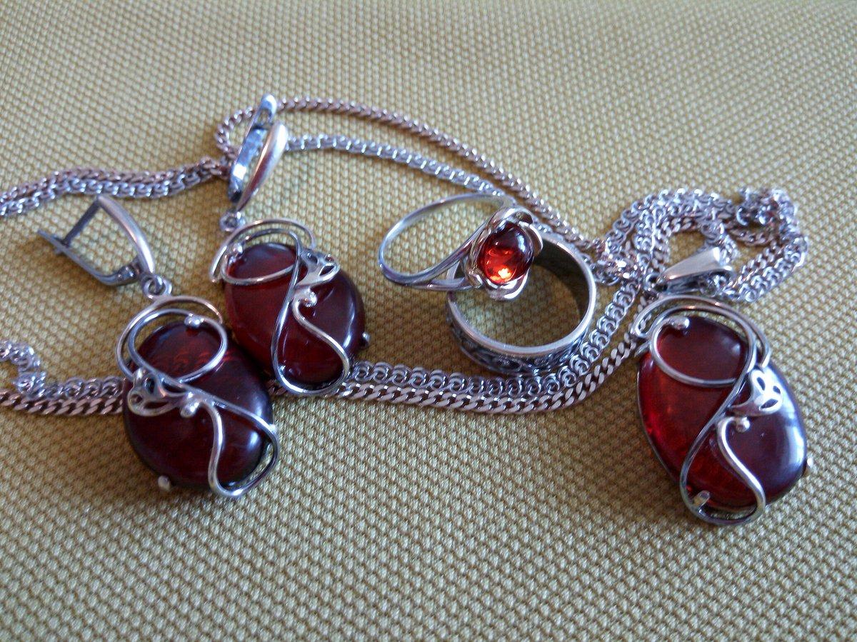 Кольцо с позолотой и вставкой из янтаря.