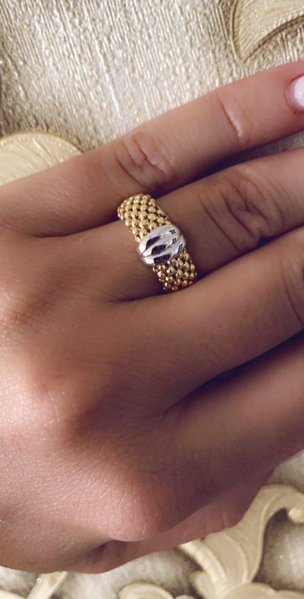 Кольцо смотрится очень хорошо. даже и не скажешь что это серебро...
