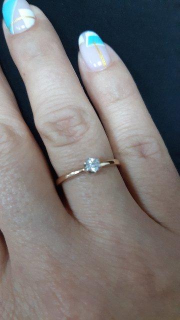 Очаровательное кольцо с сияющим бриллиантом