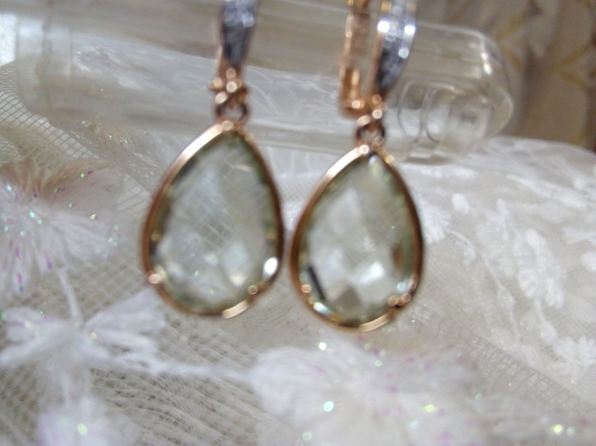 Золотые серьги с  зелёными аметистами  и бриллиантами.