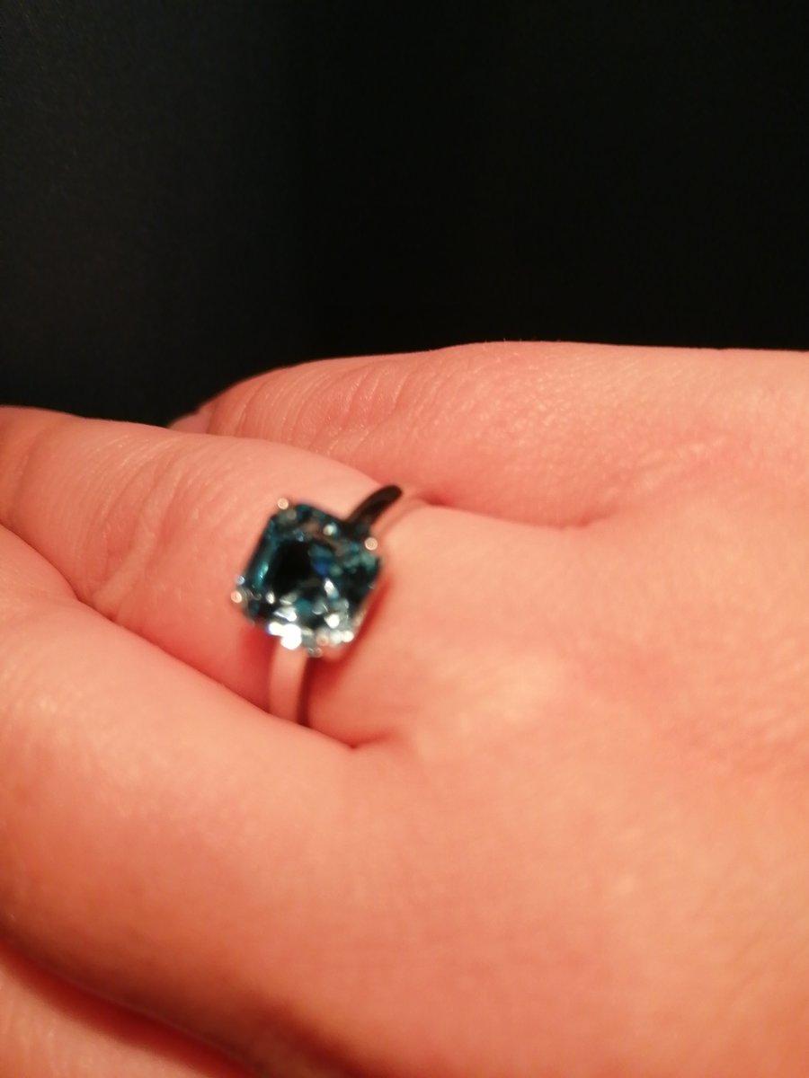 Благодаря огранке swarovski кольцо блестит шикарно
