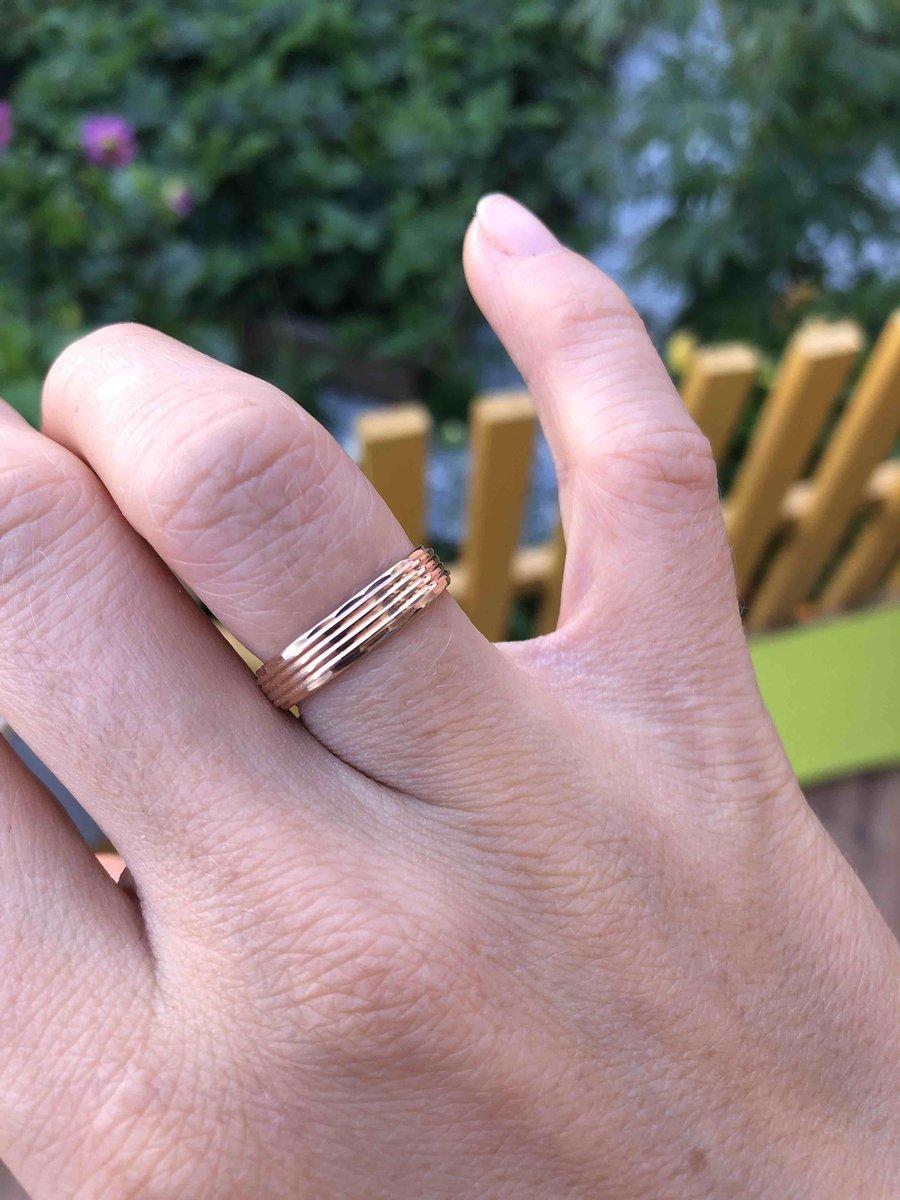 Обручальное кольцо сразу пригляделся