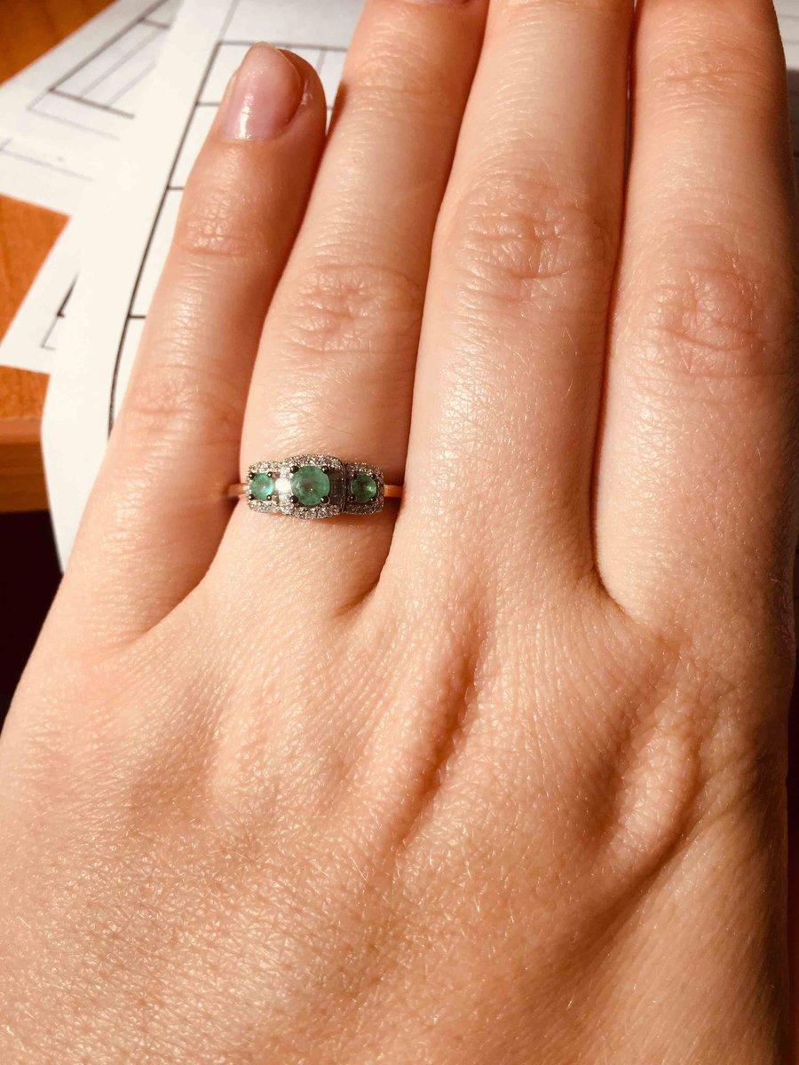 Красивое изумрудное кольцо