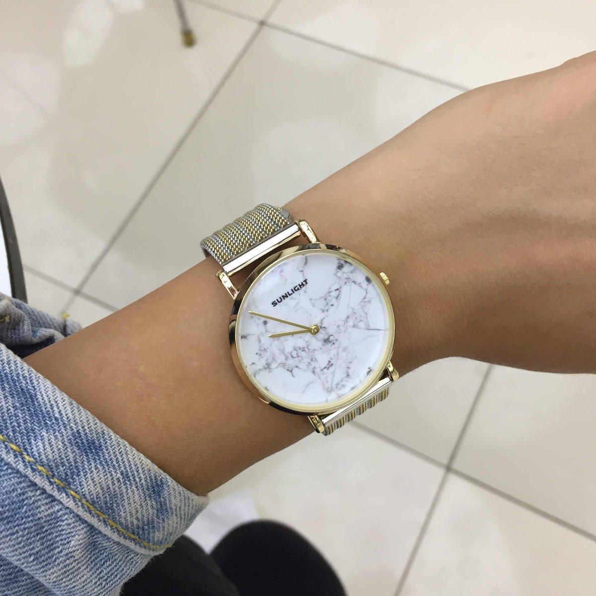 Часы золотисто-серого цвета
