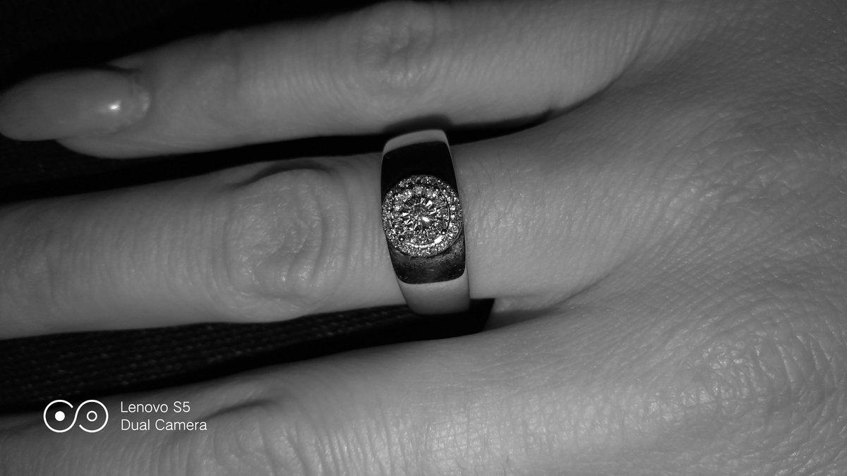 Заметное ,достаточно крупное, сверкающее золото кольцо.