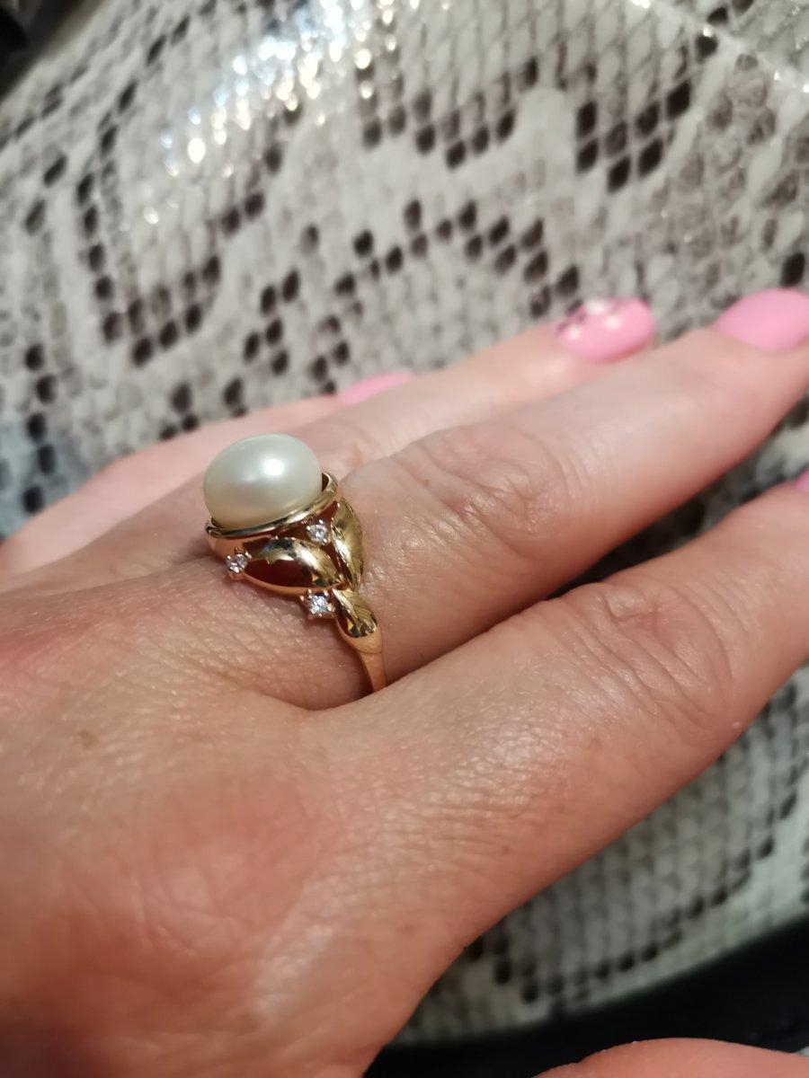 Золотое кольцо с жемчугом и фианитами--сама нежность.