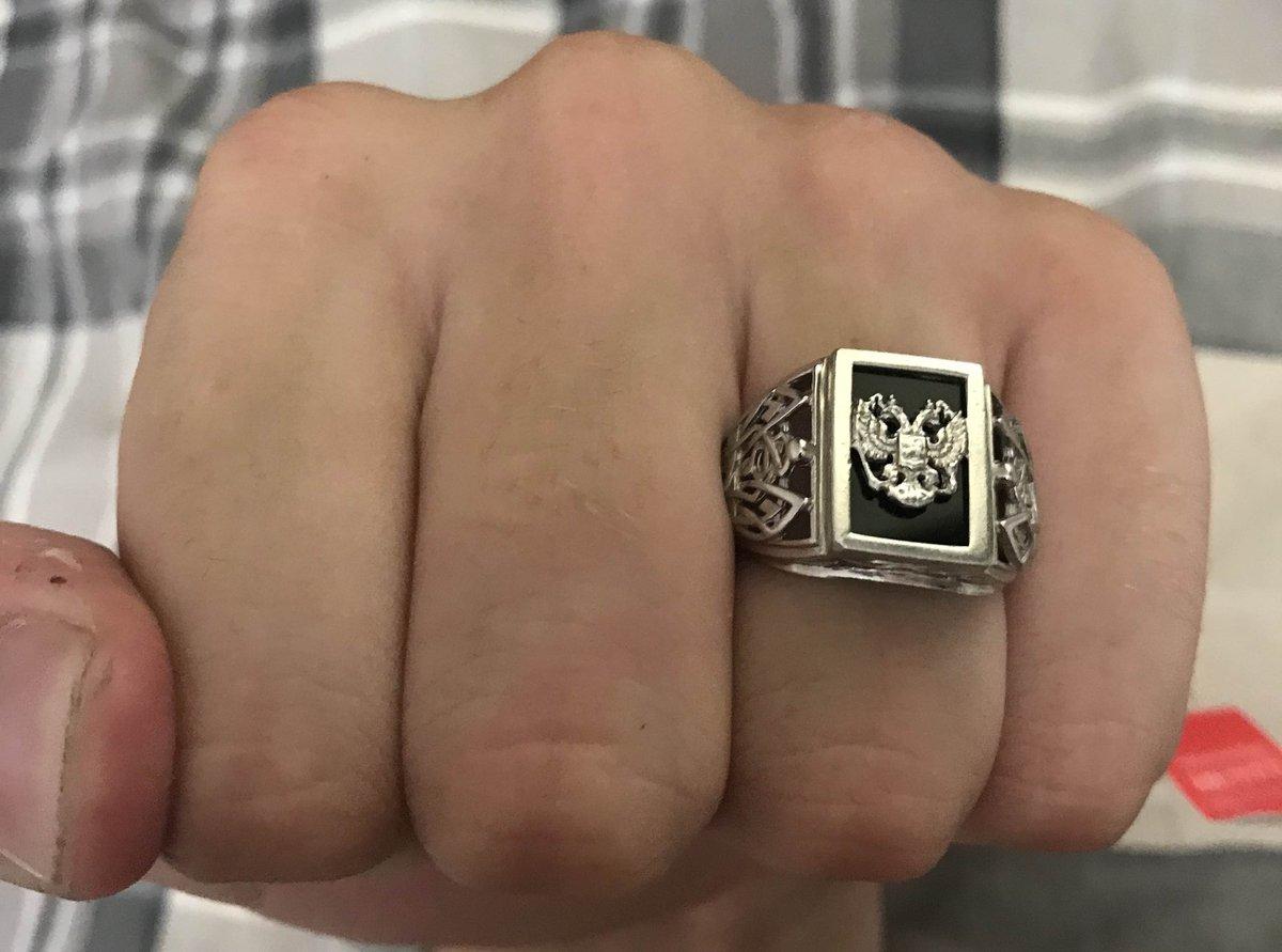 Стильное кольцо в классическом стиле и характерной ноткой патриотизма.