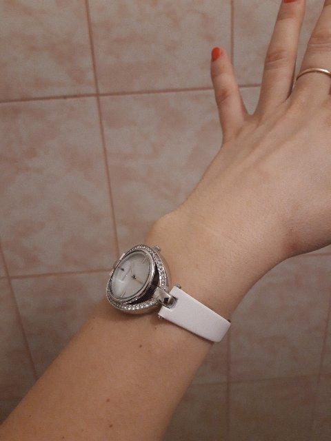 Часики на белом ремне.