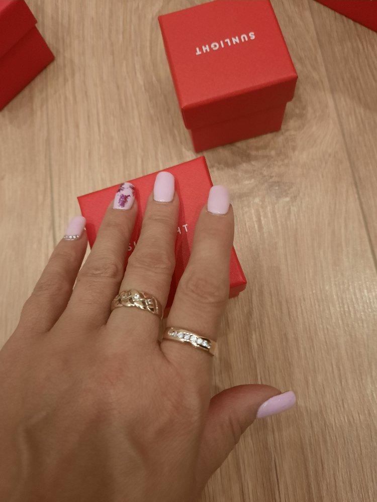 Колечко смотрится на пальчике красиво,не маленькое,я влюблена,супер