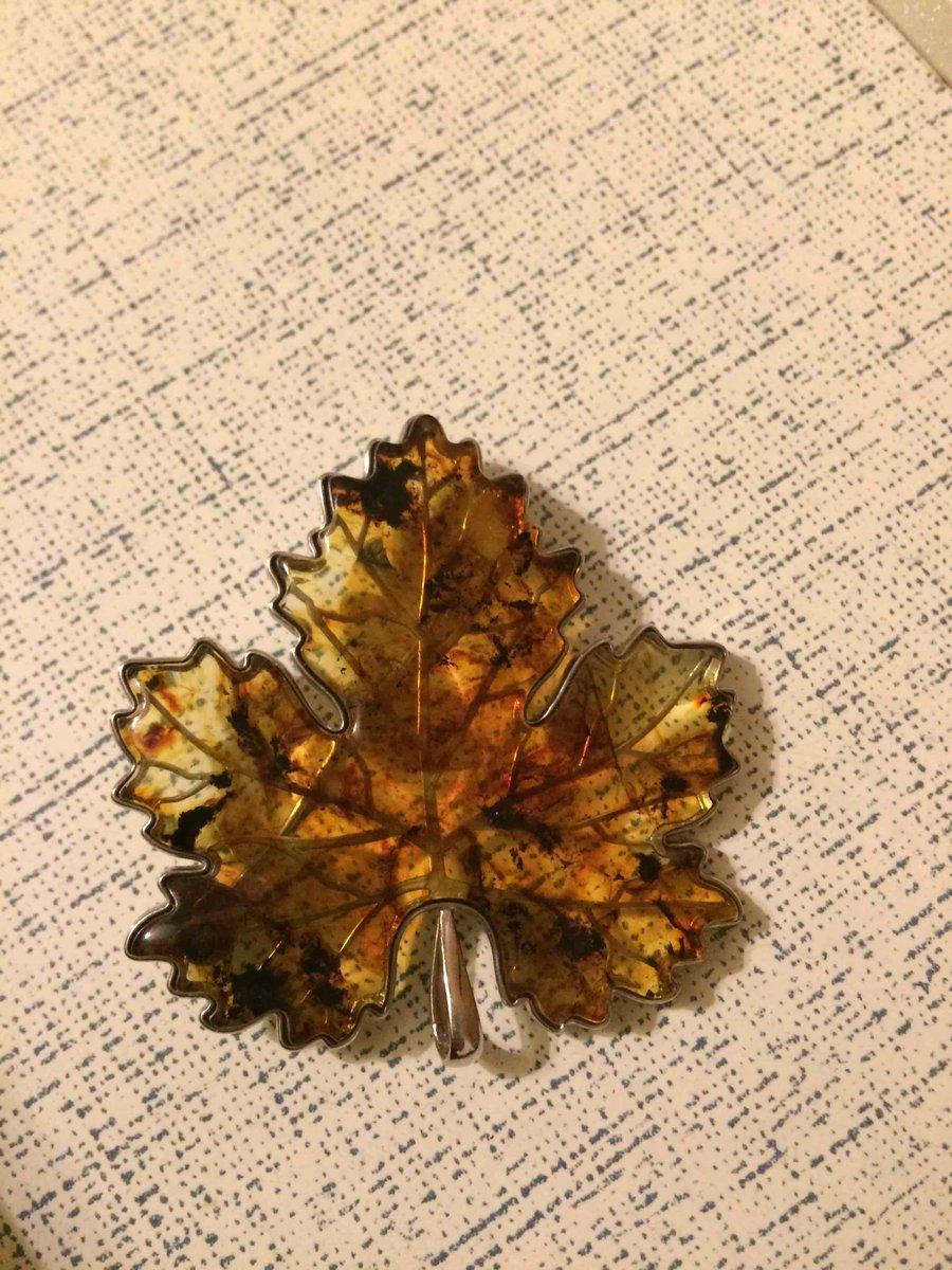 Брошь листок янтарь