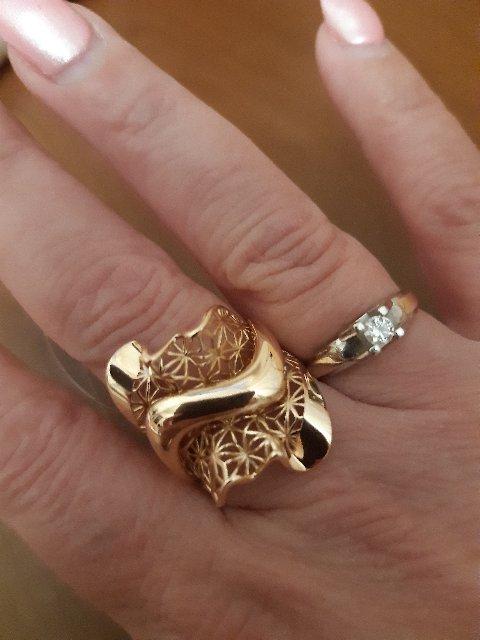 Кольцо с бриллиантиком очень благородное ,люблю его .очень самодостаточное.