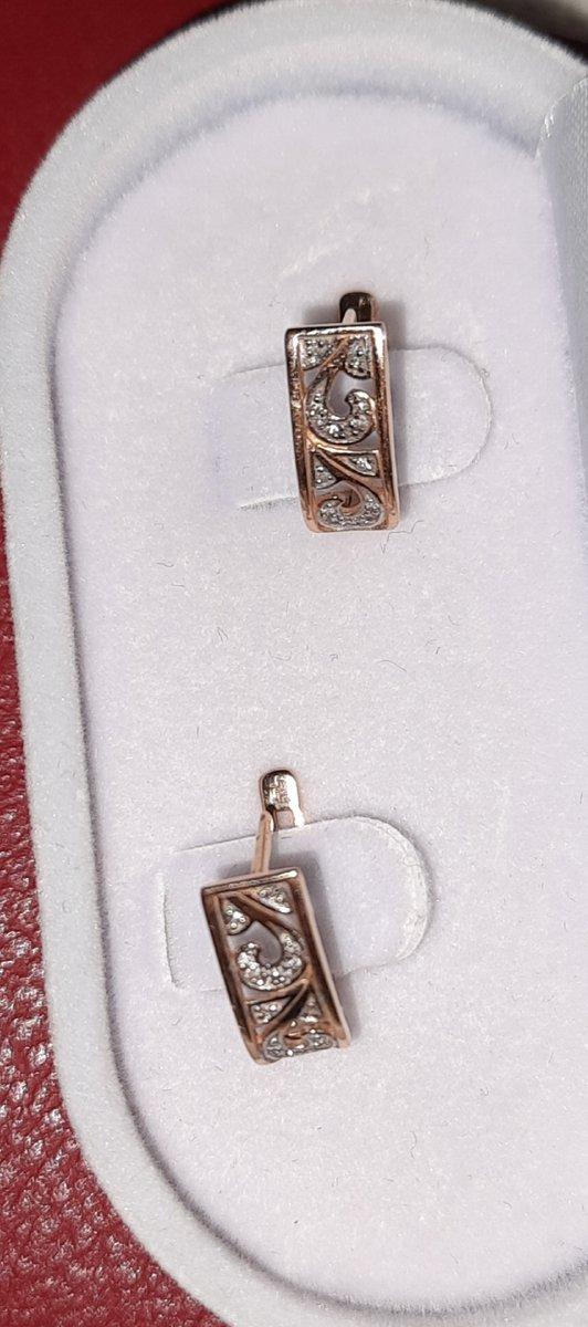 Золотые серьги с бриллиантиками.