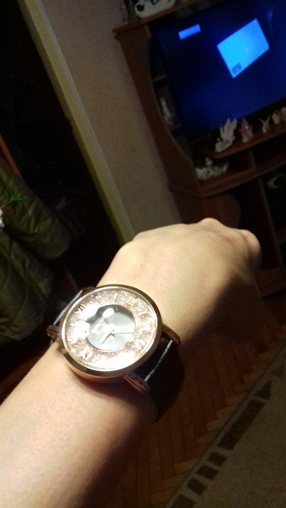 Часы со стразами.