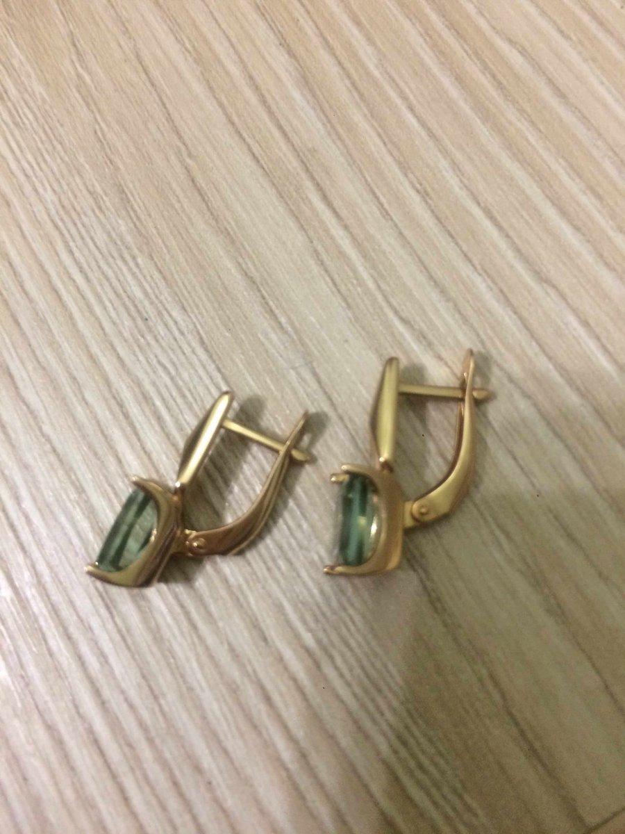 Красивые удобные легкие золотые серьги с зелеными аместами