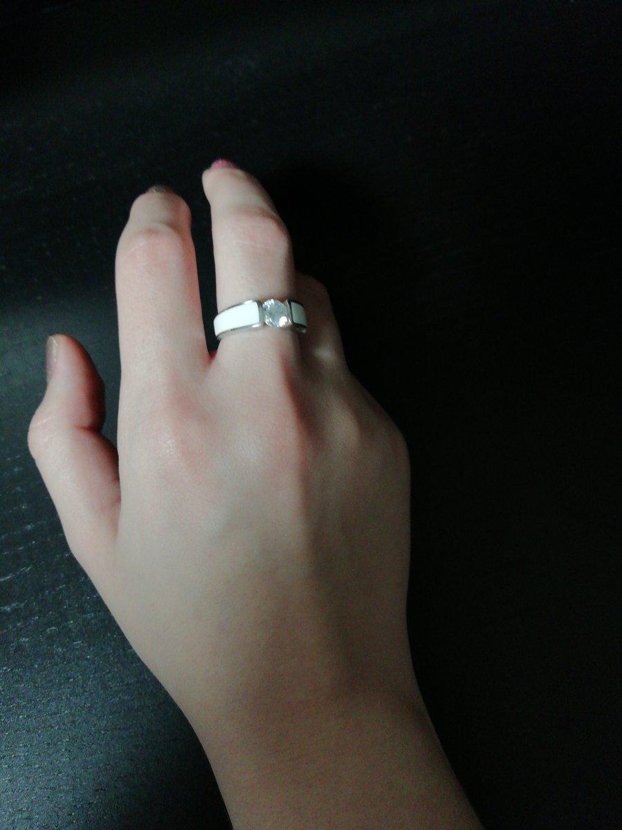 Кольцо с эмалью белой